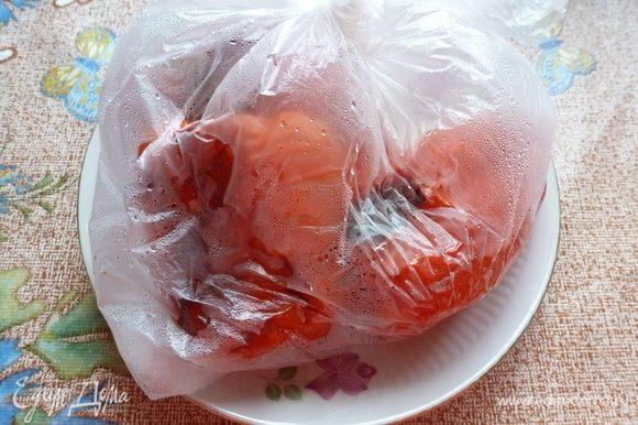 Сладкие перцы завернем в пакет и оставим «пропотеть» минут 10-15, чтобы лучше чистились.