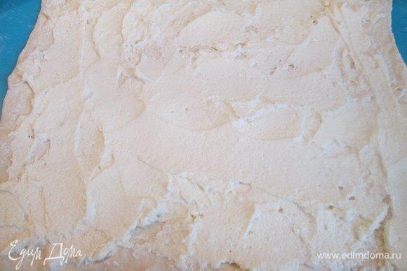 Творог протираем через сито или взбиваем блендером. Соединяем с сахаром и вбитым яйцом, перемешиваем. Далее аккуратно распределяем творожную массу на раскатанном тесте.