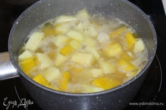 Влить горячий бульон и варить 15 минут, до мягкости овощей.