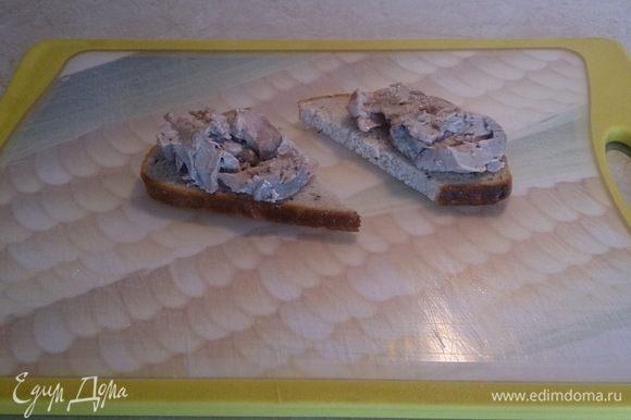 Подсушиваем по желанию в тостере хлеб и выкладываем на него печень трески.