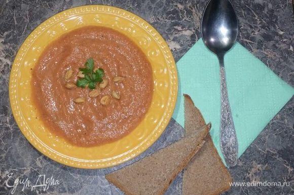 Готовый суп налить в чашку, посыпать фундуком и украсить листиком петрушки. Приятного аппетита!