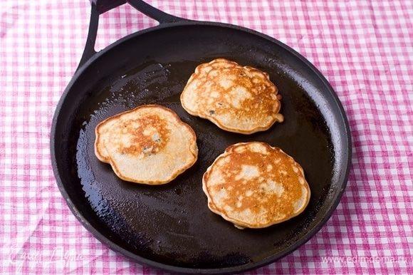 Разогреть сковороду с толстым дном и смазать растительным маслом с помощью кисточки. Выложить тесто и жарить на небольшом огне до появления пузырьков. Перевернуть и жарить еще пару минут. Выкладывать на тарелку, сохранять теплыми.