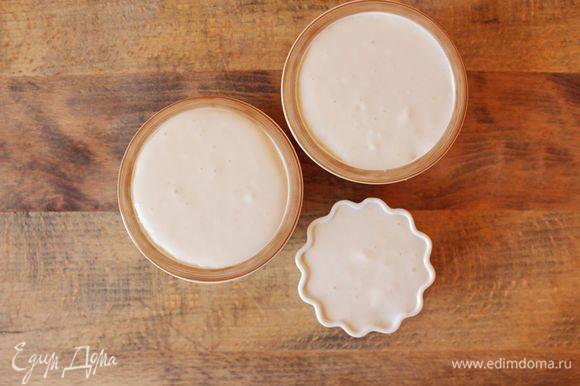 Разлить подготовленный йогурт по порционным стаканчикам или креманкам. Поставить стаканчики или креманки в мультиварку. Выставить режим «йогурт».