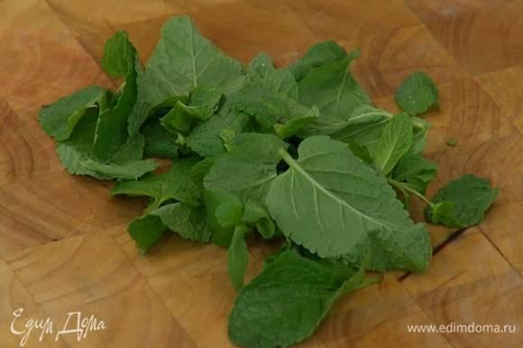 Листья мяты порвать руками и добавить в салат.