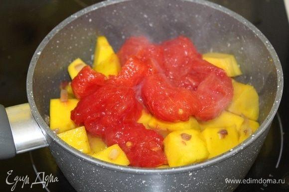 Добавить очищенные помидоры.