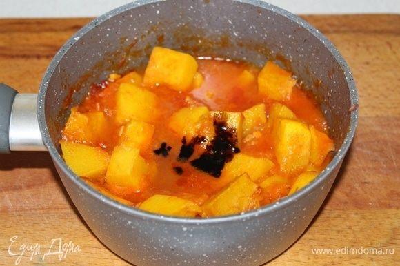 Долить горячую воду, посолить, поперчить. Варить 10-15 минут. В конце добавить бальзамик и сахар.