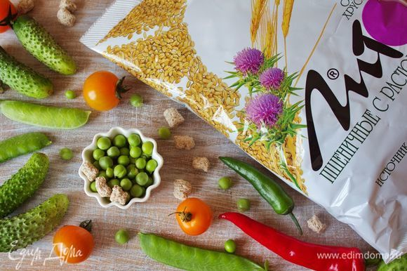 Подготовим ингредиенты к приготовлению овощного салата с битыми огурцами и отрубями.