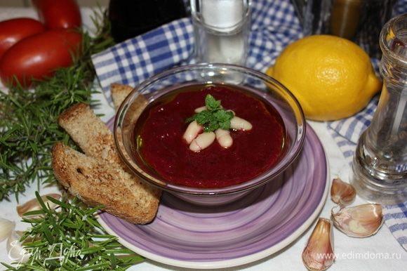 Украшаем несколькими плодами бобов, листьями свежей мяты, несколько капель оливкового масла, свежемолотый черный перец. Подаем с кусочками подсушенного на сковороде хлеба и бокалом красного сухого вина. Вкусно, быстро, просто! Приятного аппетита! Buon appetito!