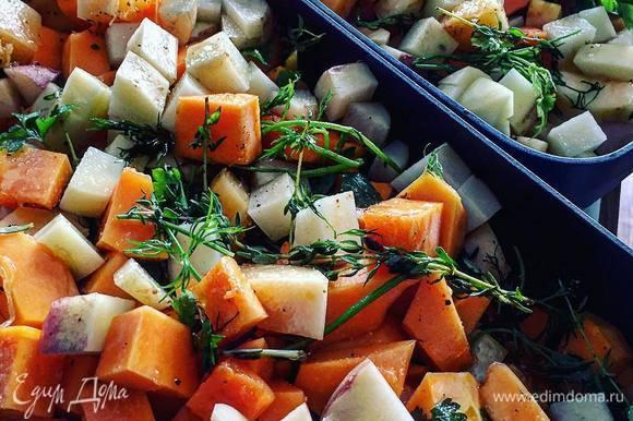 Нарезаем овощи мелкими кубиками и обжариваем на сковороде в оливковом масле 10-15 минут.