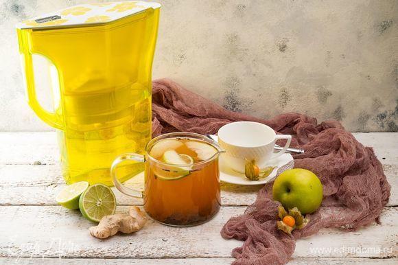 Когда чай немного настоится и остынет, добавьте мед, дольки зеленого яблока и лайма. Приятного чаепития!