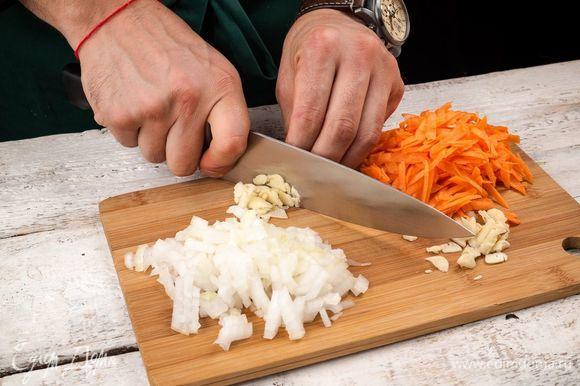Очистите и нарежьте репчатый лук и чеснок. Морковь натрите на терке.