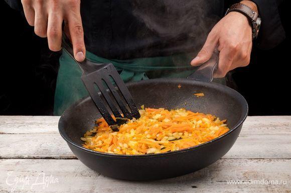 В сковороде пассеруйте на оливковом масле лук до золотистого цвета, дальше добавьте морковь и чеснок.