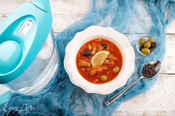 Если необходимо, посолите бульон. Подавайте ароматную домашнюю солянку горячей. Приятного аппетита!