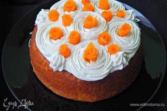 Сверху украсить пирог кремом и морковными розочками.