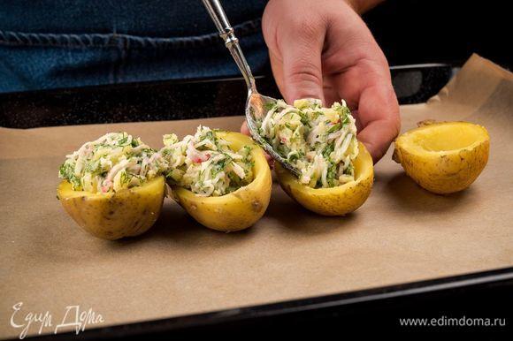 Все перемешайте, добавьте майонез. Полученной массой наполните картофель.
