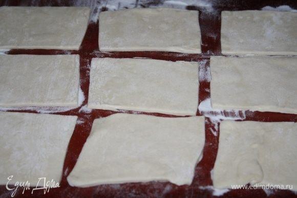 Слоеное тесто немного раскатать и нарезать прямоугольниками.