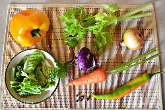 Подготовить, помыть овощи. Для приготовления бульона нам понадобится небольшая морковка, репчатый лук, два небольших стебля сельдерея, 3-4 листа пекинской капусты, маленькая капуста кольраби, по вкусу кусочек перца чили (его количество регулируйте по своему вкусу), а также 1 большой помидор.