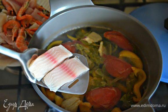 В подготовленный бульон опускайте поочередно подготовленные ингредиенты и варите до готовности. Кальмарам и мидиям достаточно будет 1-2 мин., креветкам — 5 мин., а кусочкам рыбы — 7-10 мин. на приготовление. Выложите рыбу и морепродукты на тарелку.