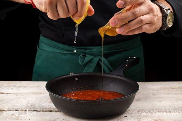 Добавьте мед, лимонный сок и молотый черный перец по вкусу. Снова все хорошо перемешайте и варите после закипания 10 минут.