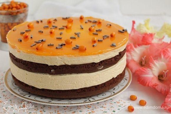 Украсьте торт ягодами и шоколадом.