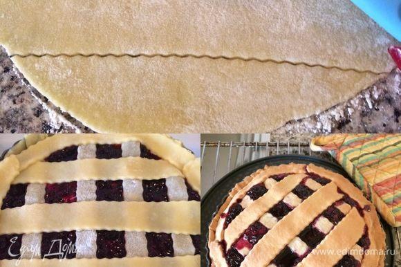 Затем раскатать маленькую часть теста, вырезать полоски и украсить ими пирог. Выпекать 35-40 минут. Готовый пирог полностью остудить в форме.