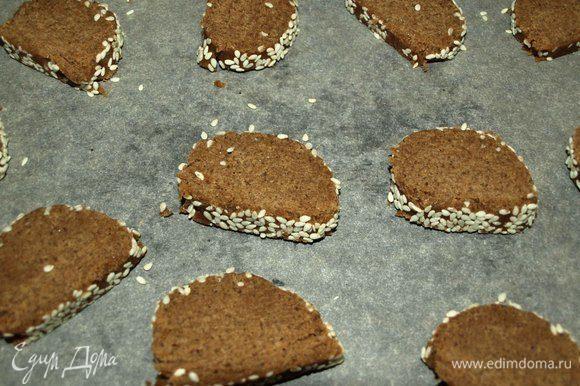 Нарезаем тесто на тонкие кусочки и складываем на противень. Отправляем в заранее разогретую до 180°С духовку и выпекаем печенье 10 минут. Главное — не пересушить печенье!