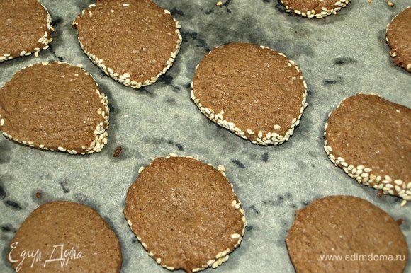 Достаем готовое печенье из духовки, перекладываем осторожно на блюдо и остужаем.
