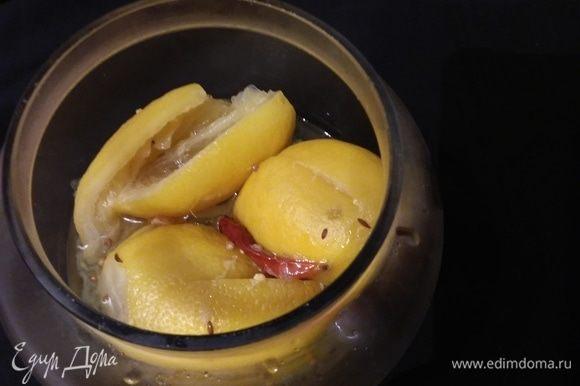 Готовые лимоны хорошо хранятся в холодильнике. Для данного рецепта кускуса потребуется четвертая часть лимона, из которой предварительно нужно выдавить сок, а затем цедру порезать на мелкие кусочки.