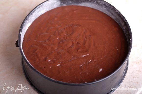 Подготовить формы для выпечки (18 см), смазать маслом, посыпать мукой, излишки стряхнуть, тесто разделить на 2 части, выпекать в течение примерно 40 мин. Обязательно проверять коржи на готовность тестом на сухую зубочистку.