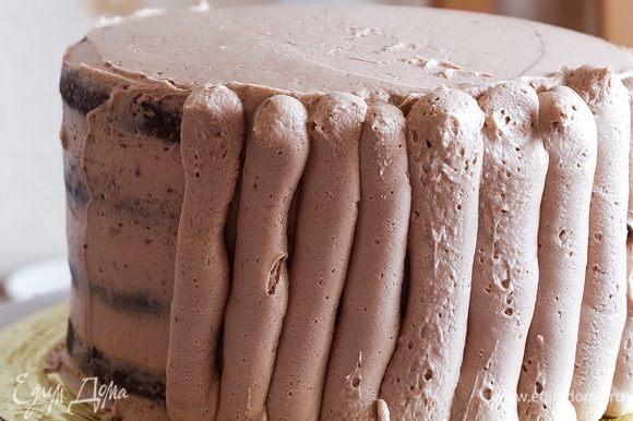 На него выкладываем следующий корж. Все манипуляции повторяем, т.е. ликер, соус, крем. Так чередуем все слои. Далее обмазываем собранный торт кремом. Вначале тонким слоем (используйте шпатель) — в холодильник на полчаса. Далее следующие слои крема.