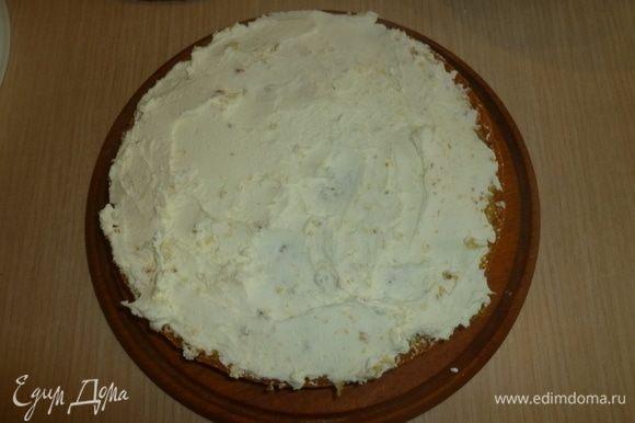 Для крема взбить маскарпоне с сахаром, цедрой и соком лимона. Шоколад растопить на водяной бане, вмешать в крем. Выложить 1/2 крема на бисквит.