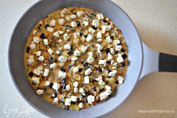 Залейте яичной смесью и посыпьте брынзой или любым рассольным сыром. Готовьте на маленьком огне под крышкой до готовности (примерно в течение 15 мин).
