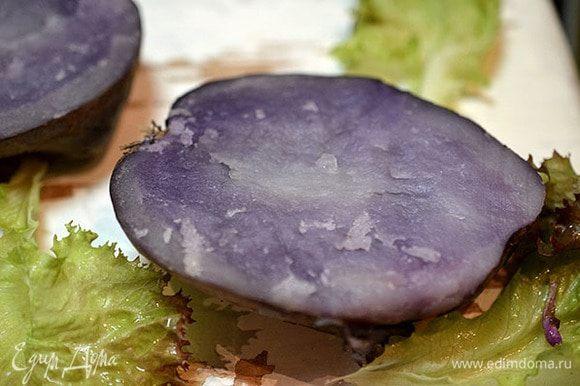 Готовый картофель разрезать пополам. Не пугайтесь моего фото, у меня сорт картофеля с мякотью фиолетового цвета. Смазать маслом.