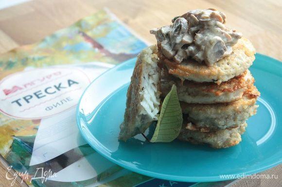 Драники вкуснее всего подавать с пылу с жару с большим количеством грибного соуса. Приятного аппетита!