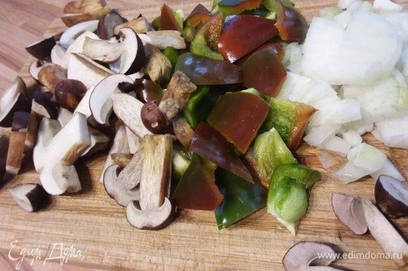Лук, грибы и перец нарезать.
