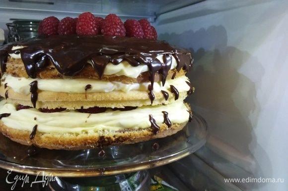 Смазать кремом верх торта и по желанию бока. Поставить торт минимум на 3 часа в холодильник. Тут у меня фото уже готового торта. Он стоял ночь в холодильнике. Ганаш: растопить шоколад, сливки и масло. Размешать до однородной консистенции. Дать остыть и немного загустеть. Нанести ганаш. Капли у меня еще не получаются как следует, но учиться никогда не поздно:)