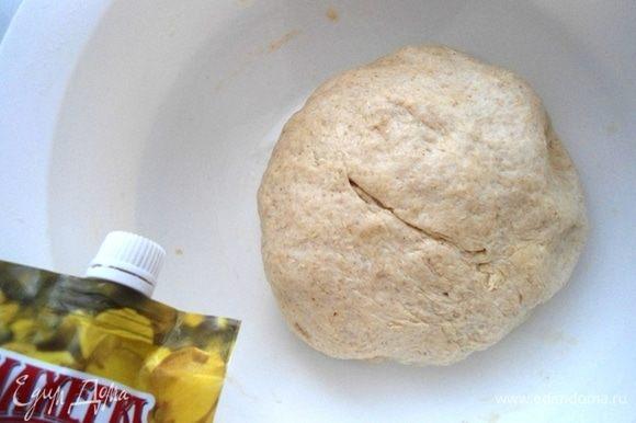 Замесить не сильно плотное мягкое и не липкое тесто. Месить руками не менее 5 минут. Миску смазать растительным маслом, обвалять в ней шар из теста и поставить на расстойку в теплое место без сквозняка на 1 час.
