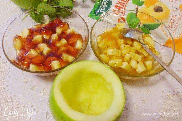 Срезать с яблок «крышечки», удалить сердцевину и часть мякоти.