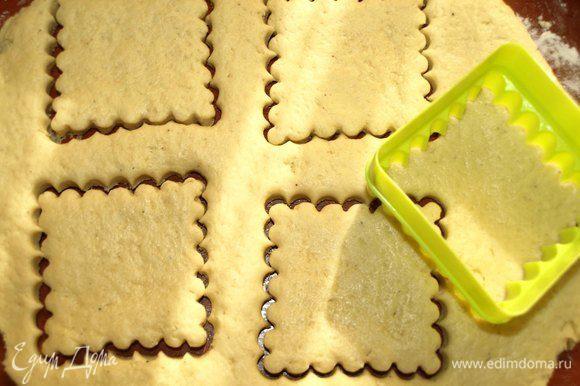 Тесто раскатать не очень тонко, вырезать формочками (6-7 см) печенье.