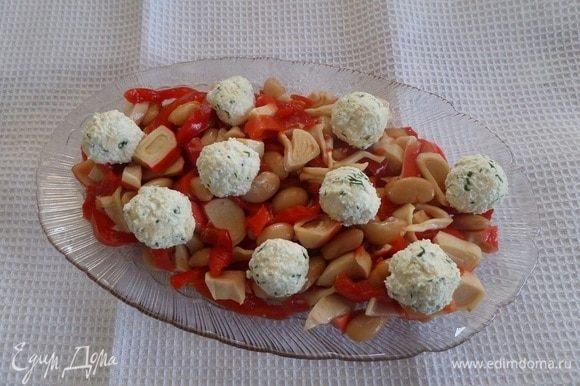 Выкладываем на блюдо приготовленный салат. Добавляем творожные шарики.