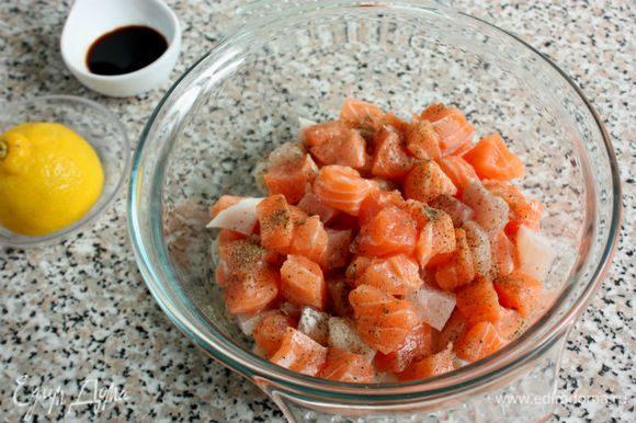 Сложить рыбу в миску, полить лимонным соком, приправить перцем, солью или соевым соусом и убрать в холодильник. (Вот этот момент с лимонным соком и соевым соусом — мое дополнение, так мне больше нравится). Только учтите, что от соевого соуса белая рыба потемнеет.
