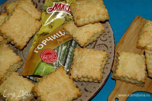 Печенье выкладываем на блюдо и даем полностью остыть.