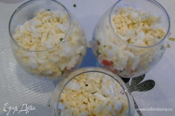Затем — оставшийся лук и натертые яйца.