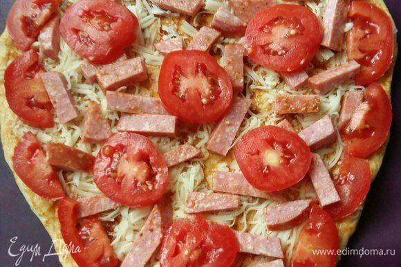 Затем выложить по всему краю помидор, нарезанный дольками. По центру выложить кружками.