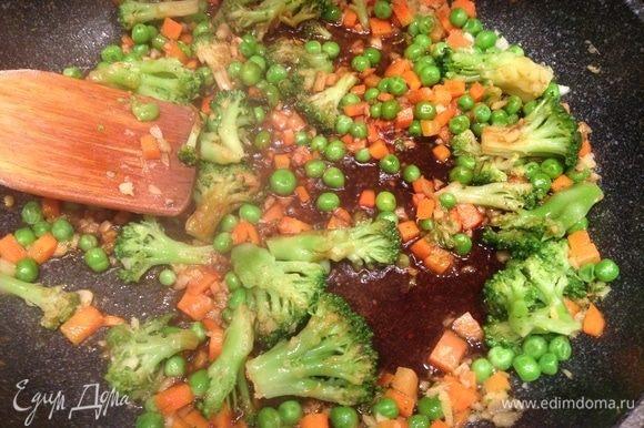Поперчить и влить соевый соус. Тушить в течение минуты.