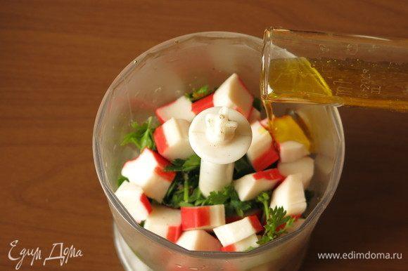 Наливаем растительное масло. У меня горчичное, оно придаст пикантности сухарикам, дополнит вкус сурими.