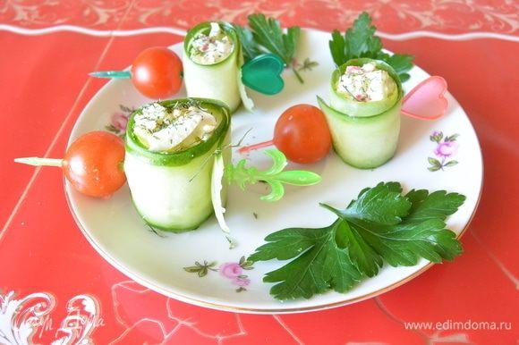 Нанизать на шпажку помидор черри, посыпать роллы сухим укропом. Украсить свежим укропом готовое блюдо.