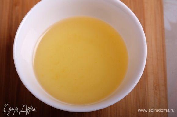 День 2-й Приготовим сироп для пропитки. Я советую пропитать коржи, так они будут еще насыщеннее. Как я говорила выше, я использовала уже готовый сироп, оставшийся после приготовления карамелизованных апельсинов. Если у вас его нет, то просто соединяем в сотейнике сахар, воду и сок лимона и доводим до кипения. Сироп остужаем.