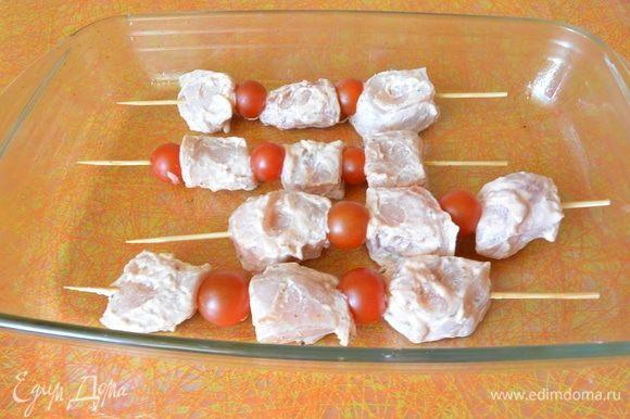 Выложить подготовленный шашлык в посуду и отправить в разогретую духовку на 30-35 минут до готовности.