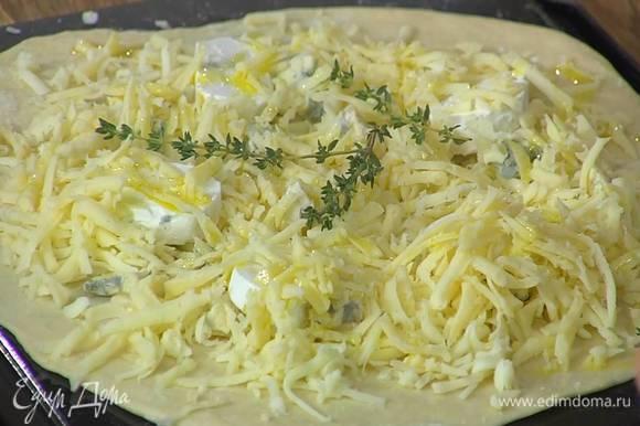 Посыпать тесто натертой моцареллой, разложить поломанную на кусочки горгонзолу и козий сыр, сверху посыпать натертым тильзитером, сбрызнуть все оставшимся оливковым маслом, украсить веточками тимьяна.